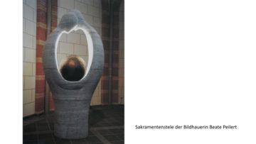Diese Sakramentenstele steht in einer Kirche in Köln und mag helfen, das innere Beziehungsgefüge Gottes zu verstehen. Sie zeigt zwei Personen - ein Ich und ein Du - die sich zugewandt sind. Der hell erleuchtete Raum zwischen ihnen ist das Wir. In diesem Wir ist eine Erdkugel aufgehoben und geborgen. | © zvg/S. Böhmer-Maus