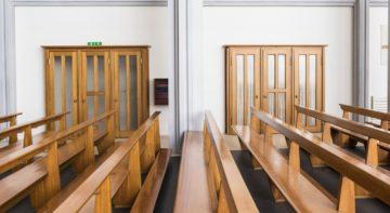 Tatsächlich war der Notausgang (rechts) ursprünglich ein Beichtstuhl, der umfunktioniert wurde. | © Werner Rolli