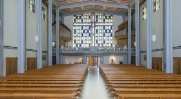 Der Blick von der Altarinsel Richtung Eingang. Die Orgel wurde so entworfen und gebaut, dass sie den Blick auf das grosszügige Fenster nicht verstellt. | © Werner Rolli