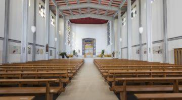 Die schlanken Säulen, die die den Raum in eine dreischiffige Kirche unterteilen, fallen kaum auf. Die Konstruktion erinnert an die ersten mutigen Entwürfe aus den 1920er Jahren in Frankreich. | © Werner Rolli