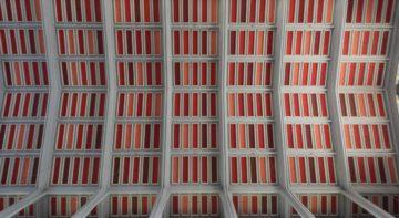 Verschiedenfarbig ausgemalte Fächer in der hohen Decke. In Sankt Anton Wettingen haben wenige Künstler die farbige Ausgestaltung besorgt. Diese Achtsamkeit trägt zur optischen Ruhe im Raum bei. | © Werner Rolli