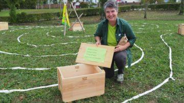 Verschiedene Ateliers und Posten gab es in Brugg und am Amphitheater in Windisch. Gertrud Häbeli, Vertreterin von Bio Aargau, dem Verband der Biobäuerinnen und Biobauern, legte kurzerhand das Labyrinth von Chartres und platzierte darin Holzkisten mit verschiedenen Inhalten. «Wir wurden angefragt, zum Thema tomorrow ein Angebot zu machen. Die spontane Reaktion war: Ja, zu diesem Thema haben wir Biobäuerinnen und Biobauern so manche Idee». | © Anne Burgmer