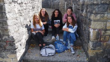 Von links nach rechts: Luisa (13), Alessia (14), Giada (13), Tanja (14) und Julie (14) aus Rheinfelden. Zwischen den Mauern des Amphitheater haben sie im Schatten Zmittag gegessen und sind guter Laune. Unter viel Gelächter erzählen sie von den Ateliers des Morgens: «Glückskekse braucht die Welt» und «Bucketlist – Träume deine Zukunft». Auf die Frage, ob das BJT «Top» oder «Flop» sei, antworten sie einstimmig mit «Top!». | © Anne Burgmer