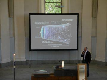 Der Physiker Ruedi Marcel Füchslin entführte die Besucherinnen und Besucher in die unterschiedlichen Aspekte des Lichts, dem Hauptthema der Feier des Lebens. | © Anne Burgmer