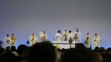 Während der Papstmesse in Genf sollten am Altar nur Priester und Diakone Dienst tun. | © Anne Burgmer