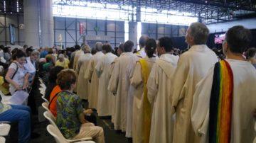 Auf dem Weg zum Kommunionempfang. Weisse Theologinnen und Theologen im bunten Gewusel. | © Anne Burgmer