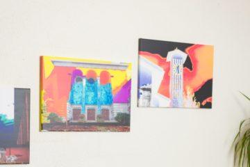Fabian Emch geht in seiner Kunst von einer Fotografie aus, die er am Computer mit dem Fotobearbeitungsprogramm Photoshop weitergestaltet. So entstehen farbkräftige, collagenähnliche Bilder. | © Anne Burgmer