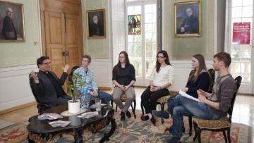 Felix Gmür in Solothurn im Gespräch mit Jugendlichen und jungen Erwachsenen im Rahmen der Jugendumfrage der Kampagne «Chance Kirchenberufe» im Jahr 2016. © Roger Wehrli