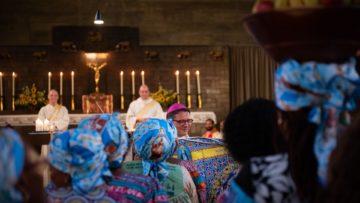 Als Bischof heisst es auch, mit überraschenden Situationen souverän umgehen. Eine Gruppe singender und tanzender Frauen bringt Körbe mit Früchten zur Gabenbereitung. | © zvg/RKK BS/Leonie Gross
