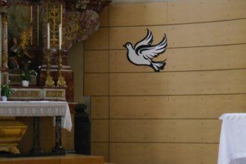 Eine moderne Taube fliegt in Richtung barockem Hochaltar in der Kirche Sankt Josph. Jugend und Kirche - auch das scheint oft nicht zusammenzupassen. Zwischen 300 und 400 Teilnehmende erwartet die Fachstelle Jugend bl.bs für den 24. September. | © Anne Burgmer