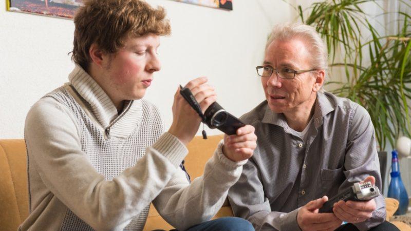 Fachsimpeln auf dem Sofa. Fabian Emch, der neue Horzonte Jahreskünstler, und Werner Rolli, der sich der Herausforderung im vergangenen Jahr stellte, tauschen sich über Aufnahmetechniken aus. | © Anne Burgmer