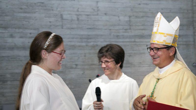 Am 21. Juni kommt Papst Franziskus nach Genf, wo er am Abend eine Messe zelebriert. Bischof Felix setzte sich dafür ein, dass auch nicht-ordinierte Theologinnen und Theologen ihren Platz in diesem Gottesdienst bekommen. Denn Pastoralassistentinnen - im Bild die Institutiofeier in Buchs letztes Jahr - sowie Gemeindeleitende ohne Weihe bewältigen einen grossen Teil der Pastoral in der katholischen Kirche der Schweiz. | © Roger Wehrli