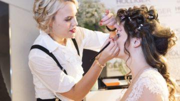Schminken, Frisieren - die Braut soll perfekt aussehen. Coiffeure und Fotografen sind unter den Ausstellern ebenso vertreten wie freie Ritualgestalter oder Musiker. | © Werner Rolli