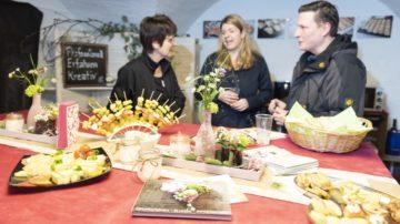Beratung zum Catering: Im Oktober wollen die zukünftigen Eheleute Stucki ihr Fest feiern. An der Hochzeitsexpo lassen sie sich inspirieren. | © Werner Rolli