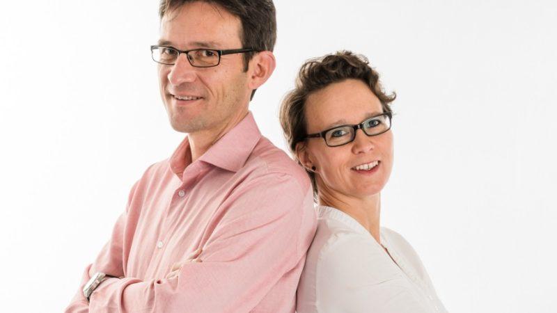 Peter Michalilk und Sara Michalik-Imfeld sind seit 2005 verheiratet, haben drei Kinder und führen seit 2009 eine gemeinsame Praxis für Kinder, Jugendliche, Familien und Paare im Aargau. Aus eigener Erfahrung und aus den Erzählungen von Klienten entstand die Idee zum etwas anderern Ratgeber «Überraschung - 150 Eltern packen aus» | © Pressebild/zvg