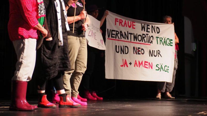 An der Vollversammlung des Schweizerischen Katholischen Frauenbundes (SKF) war der Frauen(kirchen)streik ebenfalls Thema. Eine Gruppe Frauen zeigt, wie man am Streik auftreten könne. | © Anne Burgmer