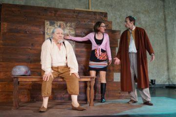 Szene aus den Proben: Meret ist schon lange fasziniert von Bruder Klaus und schreibt ein Stück, welches sie mit Beat und Jan einstudiert. | © Fastenopfer