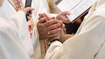 Die Kandidatinnen und Kandidaten treten einzeln zum Bischof und legen ihre Hände in seine. | © Werner Rolli