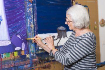 Nur sehr selten verwendet Klara Fricker einen Pinsel. Normalerweise trägt sie die Farben mit den Fingern auf. Ohne Staffelei, sondern aufrecht an der Atlierwand.   © Werner Rolli