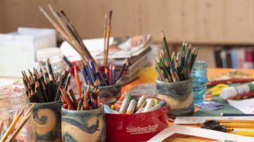 Stifte, Pinsel - Jacquenline Fahrnis Atelier ist eine bunte Insel hoch oben unter dem Dach des Hauses. | © Werner Rolli