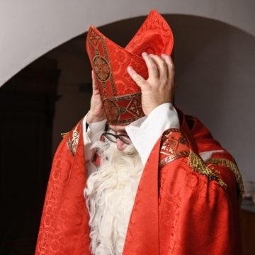 Wer hinter dem Bart steckt ist manchmal soger für Verwandte und Bekannte nicht ersichtlich. Hier verkleidet sich im deutschen Bonn jemand als Nikolaus. | © kna-bild/Harald Oppitz