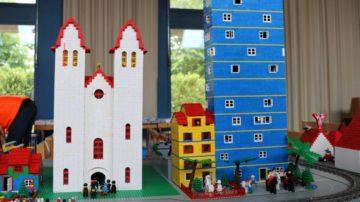 In die Pastoral der Familienvielfalt passt auch Überraschendes: Ein zweitägiger ökumenischer Lego-Bau-Anlass fand im Rahmen des Jubiläums des reformierten Zentrums Lee (Riniken) statt. Rund 100 Kinder und Jugendliche, teils mit Bezugspersonen, bauten aus Legosteinen des Bibellesebundes eine grosse Lego-Stadt und feierten die Eröffnung der Stadt mit einem Gottesdienst und anschliessendem Apéro. | © zvg/Pastoralraum Region Brugg-Windisch