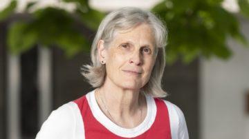 Rita Wismann ist 65 Jahre alt und wurde in der Stadt Zürich geboren. Sie ist geschieden, hat zwei erwachsene Kinder und zwei Enkeltöchter im Alter von 5 und 7 Jahren. Sie leitete lange Jahre die Pfarrei in Suhr. Sie wird nach ihrer Pensionierung ohne Leitungsfunktion mit einem kleinen Pensum in einer anderen Pfarrei als Seelsorgerin tätig sein. | © Werner Rolli