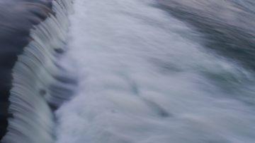 Quellen, Flüssen, Seen und dem Meer wurde in vielen Mythologien und Erzählungen grosse Macht zugesprochen. Dem Wasser und den Wasser- oder Regengöttern wurden Opfer dargebracht, um sie milde zu stimmen.   © Anne Burgmer