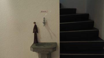 In katholischen Kirchen gibt es neben den Weihwasserbecken beim Eingang meist die Möglichkeit, Weihwasser für daheim mitzunehmen.   © Anne Burgmer