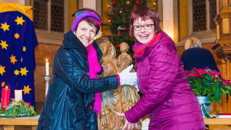 Sowohl geben als auch nehmen macht Freude: Zum vierten Advent gab Beatrice Gamma (links) die Kölliker Marienstatue Elsbeth Frey mit auf den Weg. | Foto © Werner Rolli
