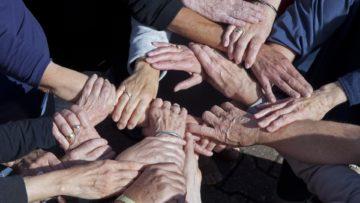Palliative Care heisst auch, dass verschiedene Dienste und Abteilungen im Spital vernetzt arbeiten und damit eine möglichst umfassende Versorgung der Patienten gewährleisten. Ebenfalls nicht mehr wegzudenken aus der Palliative Care sind zahlreiche Freiwillige, die sich in Begleitgruppen engagieren. | © Roger Wehrli