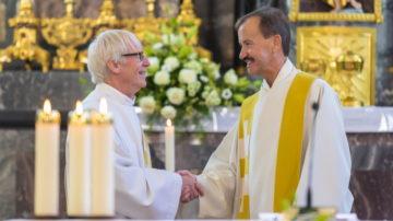 Diakon Hans Zürcher (links) und Pfarrer Walter Schärli freuen sich sichtlich, dass der Pastoralraum Region Mellingen nun errichtet ist. | ©