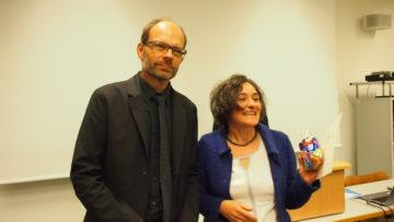 Luc Humbel, Präsident der Römisch-Katholischen Landeskirche Aargau, mit Sozialpreisträgerin Sonja Neuenschwander. | © Andreas C. Müller