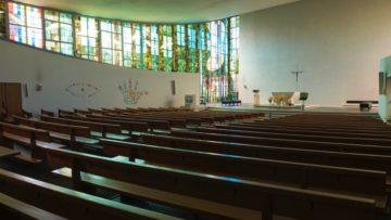 Nach hinten hin weitet sich der Raum unter dem aufgespannten Dach, während von links und rechts das Licht durch die aus Glasmalereien bestehenden Seitenwände einfällt. | © Werner Rolli