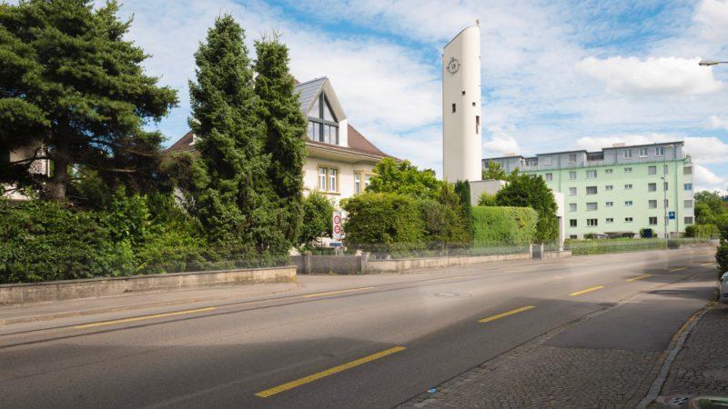 Fährt man von Aarau her in Richtung Suhr, ist schon von Weitem der 30 Meter hohe Kirchturm einer der bedeutendsten Aargauer Betonkirchen sichtbar. Horizonte führt im Rahmen der diesjährigen Sommerserie «Cooler Beton für heisse Tage» zu ausgewählten Schmuckstücken des postmodernen Kirchenbaus. | © Werner Rolli