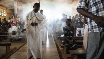 Für viele Menschen in Kolwezi ist die Kirche angesichts ihrer schwierigen Lebensumstände ein wichtiger Zufluchtsort. Im Bild: Die Sonntags-Messe in der Kirche St. Jean im Quartier Musonoi. | © Fastenopfer