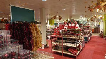 Grossflächig finden sich im Untergeschoss des Wynecenters Weihnachtswichtel, Nikoläuse, kleine Engel und Weihnachtsbaumschmuck in allen Farben. | © Cornelia Suter