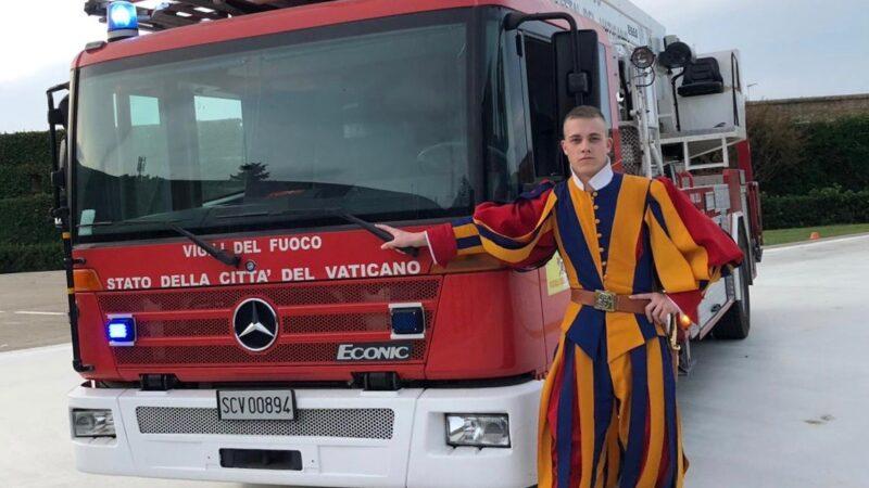 Um in die Schweizergarde einzutreten, verliess Simon Bussinger seine Feuerwehrkollegen in Wallbach. Im Vatikan fand er gute Freunde bei den «Vigili del fuoco stato della citta del vaticano». | © zvg