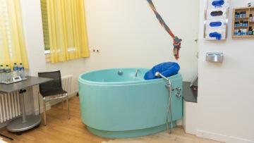 Die Gebärzimmer am Kantonsspital Aarau sind teils auch mit Wannen ausgerüstet. | © Werner Rolli