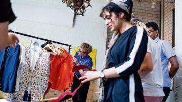 Die jungen Erwachsenen zeigen ihre Kleiderauswahl und erklären, warum sie sich für dieses Outfit entschieden haben. | © Nora Steffen, Dominic Wenger